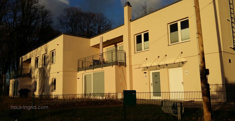 Wohnung 3 mit dem Eingang an der Terrasse und unmittelbat am eigenen Parkplatz