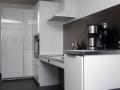 die Küche mit elektrisch absenkbarer Arbeitsplatte